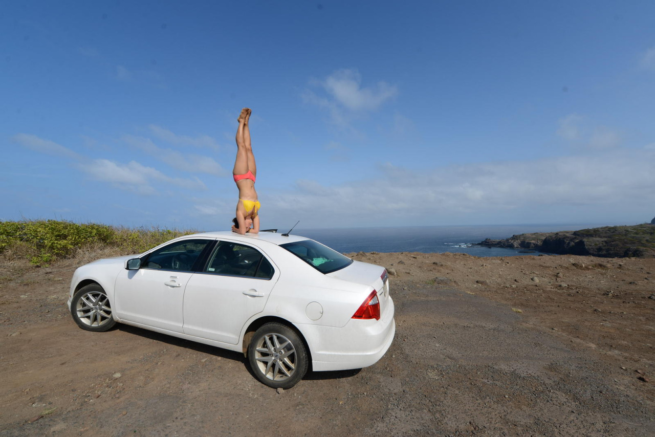 Throwback to headstands along the Coastal Kahekili Highway #tbt