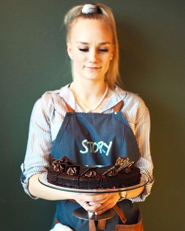 Ihanaa naistenpäivää ystävät!🌹 Tänään olet ansainnut palan kakkua lounaan kanssa ja afterwork lasillisen kuohuvaa ystäväsi kanssa🥂  Muistakaa miehet, ja naiset, yllättää tänään rakkaasi esimerkiksi viemällä kotiin pala tätä suussasulavaa vegaanista suklaabrownieta🍫 Meiltä saat tuotteita myös mukaan! #storyrestaurants