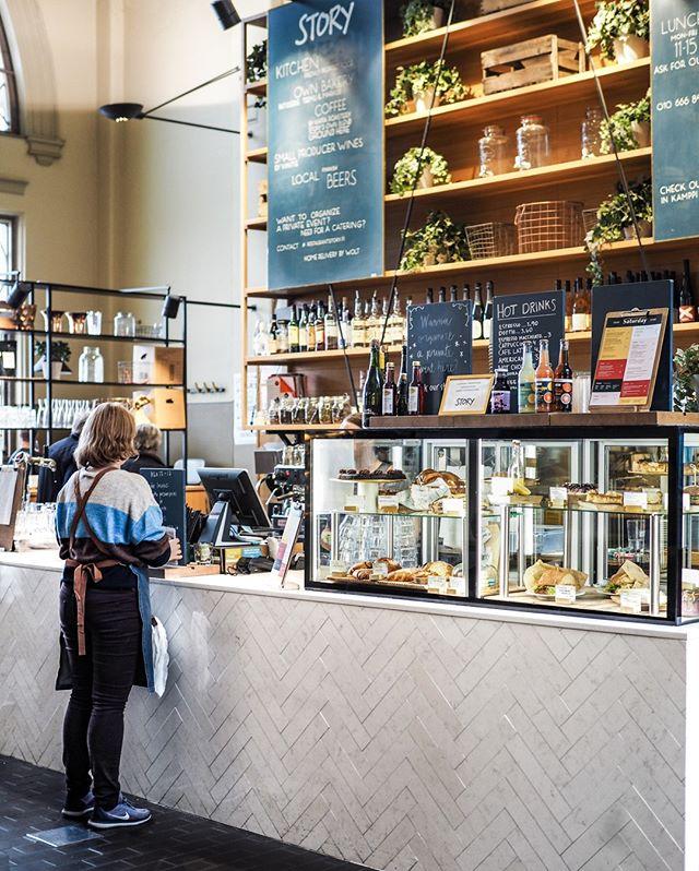 Perjantai ja viikon viimeinen lounas✨ Vielä ehdit tulla klo 15 saakka Kauppahallille nauttimaan sahramilla maustettua sinisimpukka-linguinipastaa, kana-ceasarsalaattia tai muita viikon lounaita. Afterwork-lasilliselle ja leipomon tuotteita pääsee nauttimaan Kauppahallilla klo 18 saakka.  Lauantaisin Story Kauppahalli on avoinna 8-18 ja menusta löytyy aamupala- ja brunssiherkkuja. Ihanaa viikonloppua!✨ #storyrestaurants #storykauppahalli