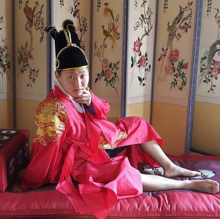 Posing seductively in a traditional Korean outfit, Elton turns a cultural excursion into a unique photo opportunity.