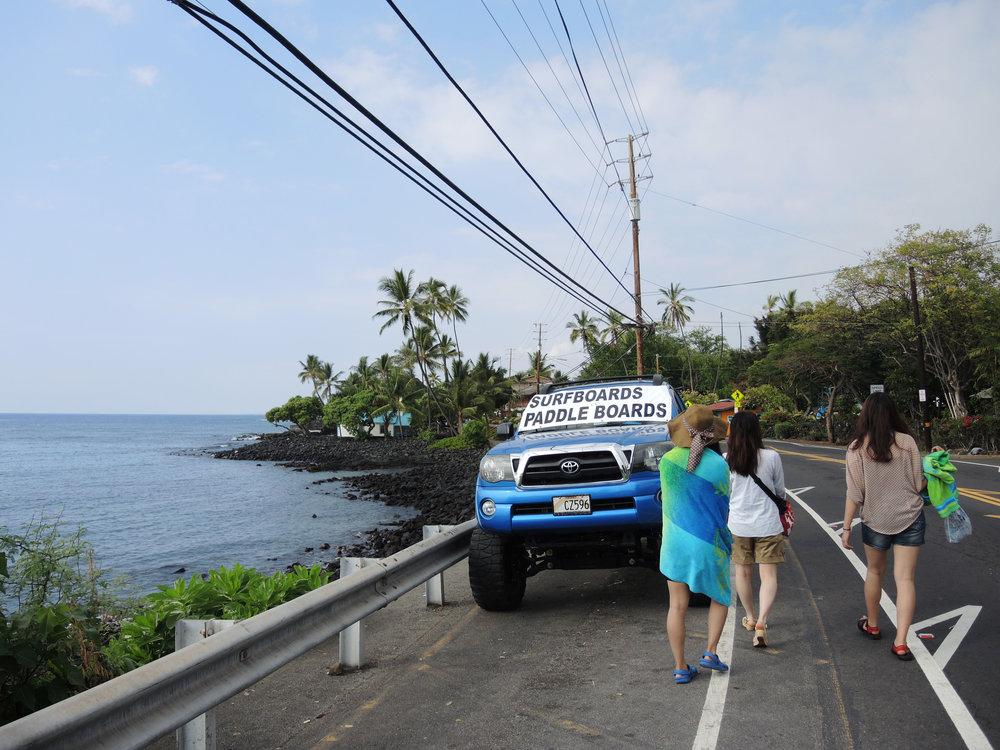 하와이섬에서 교통편이 끊겨 두 시간 가까이 걸어가야 했던 도로 위에서