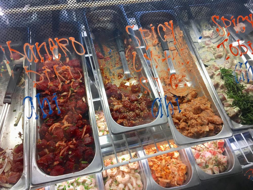 다양한 종류의 포케가 진열된 카일루아(Kailua)의 한 포케 전문점