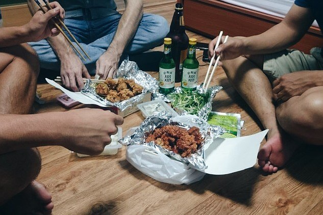 Korean-style chicken and beer (치맥) always tastes better with good company. Wouldn't it be nice to have a place to invite friends over to while living abroad? Our latest blog explains what it takes to get a place of your own while studying abroad in Seoul. Check out the link in our bio! . . . . #Seoul #studyabroad #exchangestudent #housing #dormlife #Hawaii #고시원 #원룸 #하숙집 #기숙사 #KU #Yonsei #SNU #Sogang