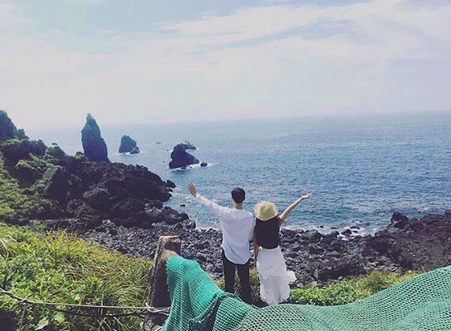 "The ultimate getaway in Korea~ Jeju is known as the ""Hawaii"" of Korea and the go to Honeymoon spot. While @summalovin01 was hiking, she spotted this lovely couple enjoying their time!~~~ Would you like come one day with your significant other or family??"