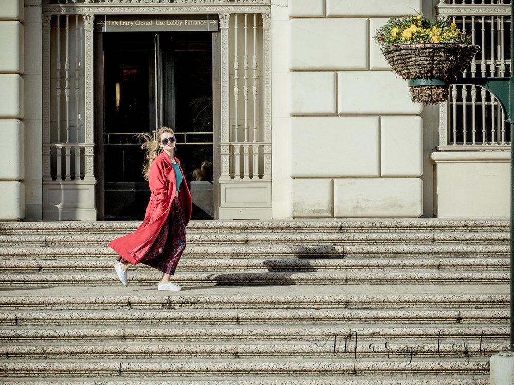 Kelly on the steps_beart-fashion helen_logo-2120002.jpg