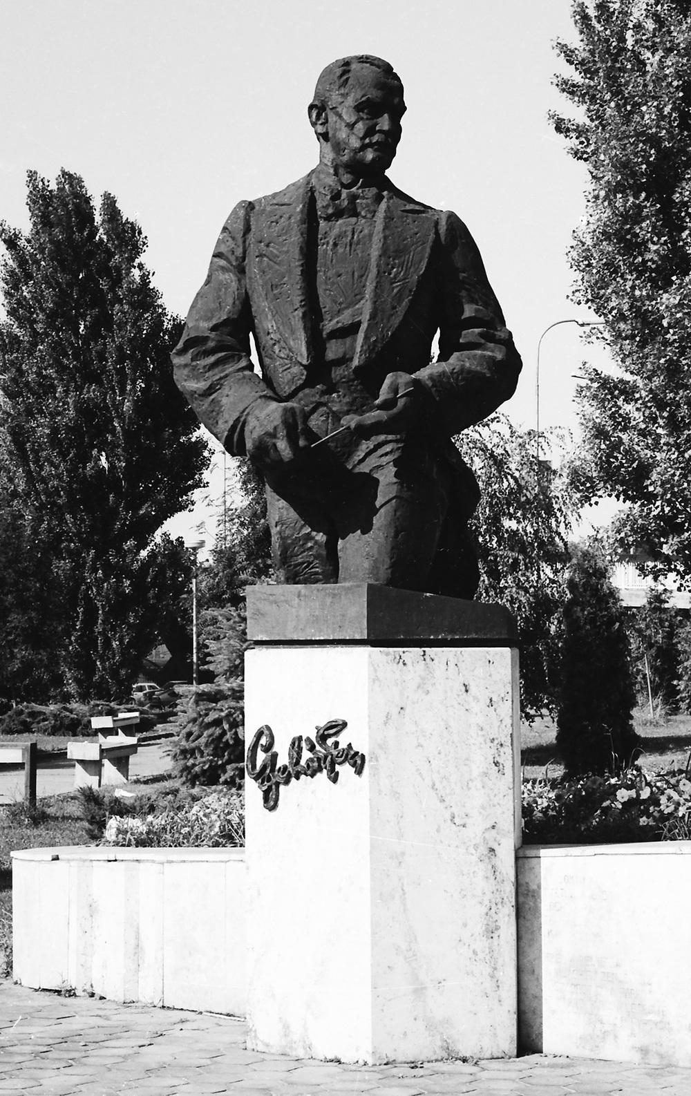Franz Lehár Memorial     Komárno 1980 390 cm