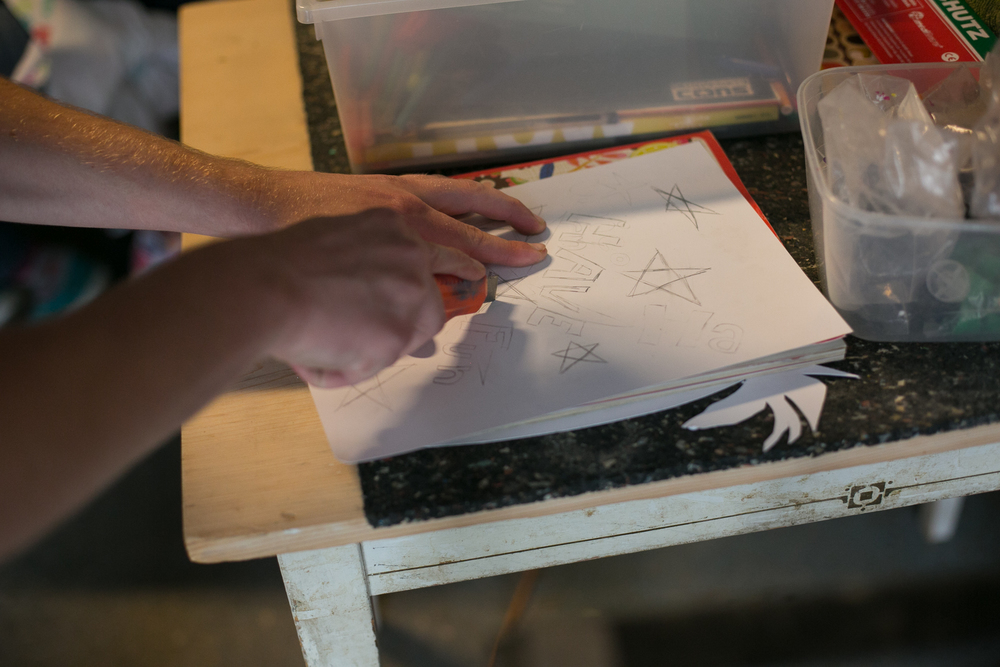 Graffiti sjabloon snijden Skatepark Sweatshop den Haag 2015 .jpg