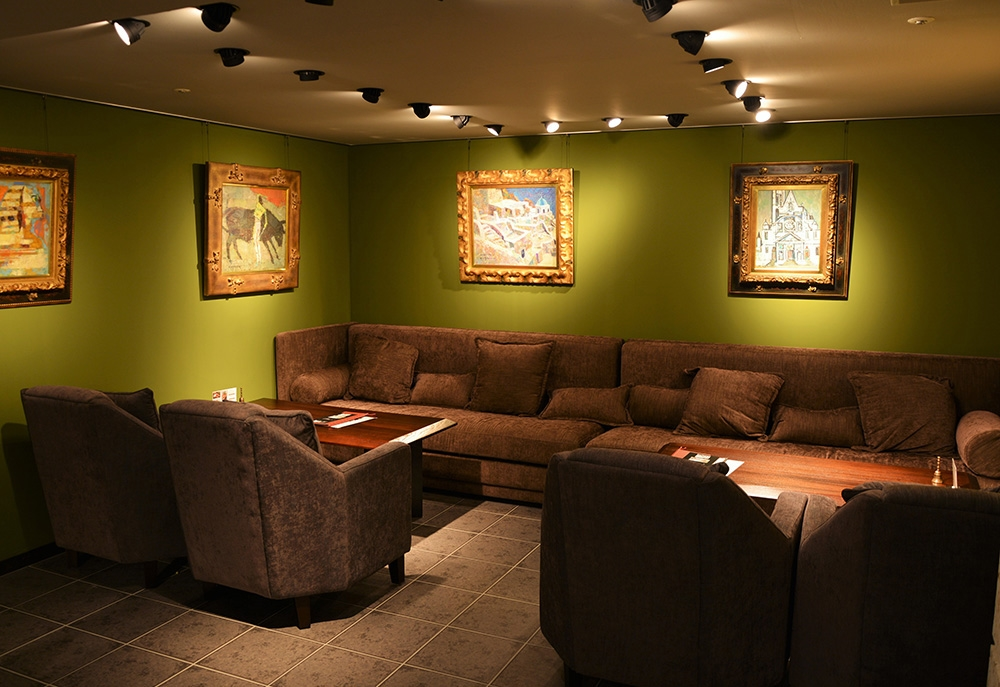 落ち着いた半地下スペース。18名様までの半個室空間はゆっくりとお過ごしいただけます。