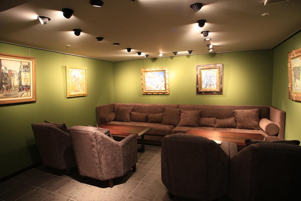 15名程度の貸切は、親密な空気を演出できる落ち着いたソファ空間をご用意