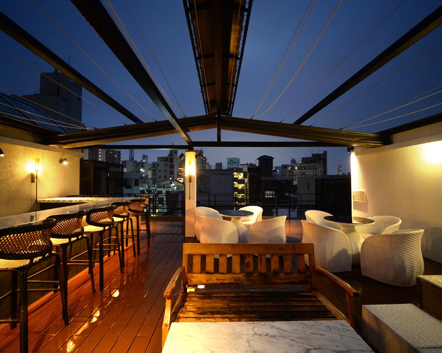屋上テラスを貸し切って、落ち着いた大人のワイン&シャンパンパーティーを