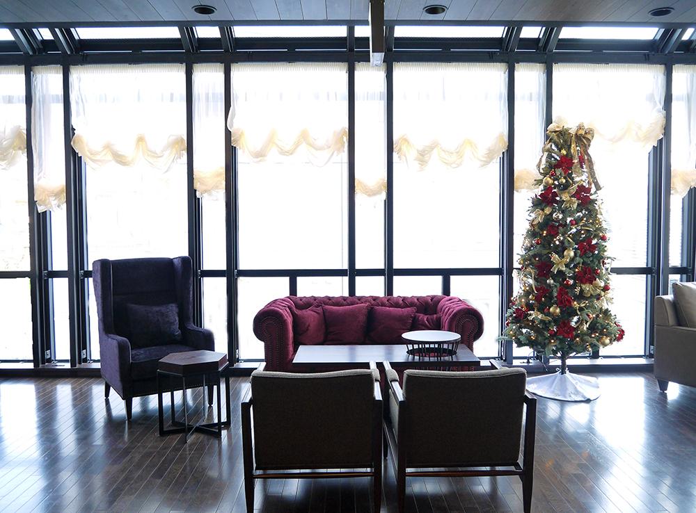 シーズンに合わせたデコレーションを施した館内は、大切なお客様との時間を演出します。 着席40席、立食60名程度まで対応可能なラウンジフロア。(写真は2014年のクリスマスシーズンのデコレーション)