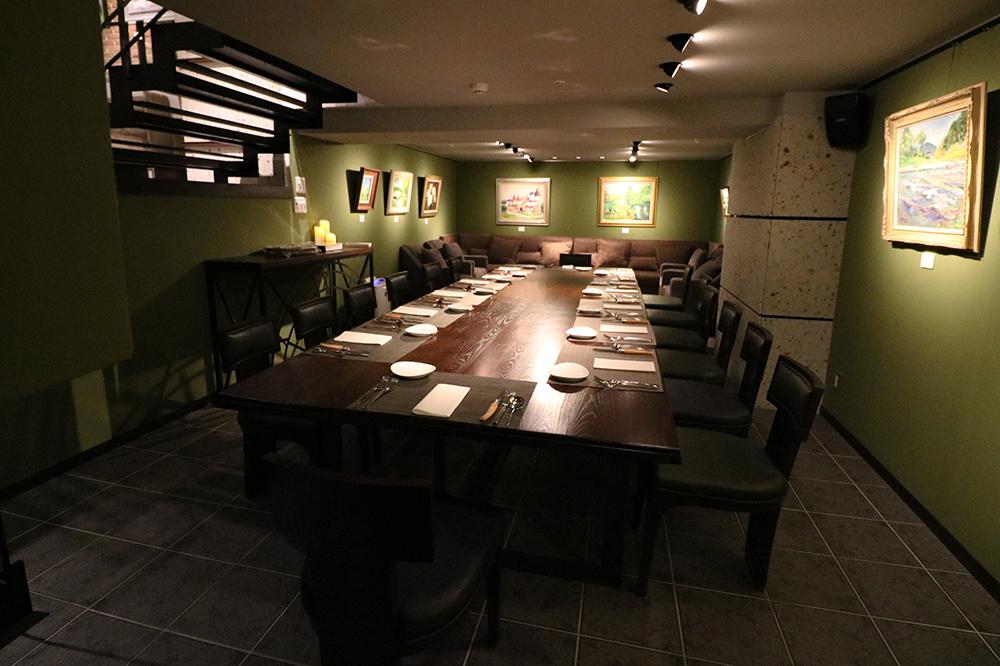 6名様~最大20名様でのパーティーに最適な半地下フロア。 流しテーブルで一体感を出すレイアウト(15名様まで)と、テーブル席(10名まで)とソファ席(10名まで)を組み合わせるレイアウトをシーンに合わせてお選びいただけます。