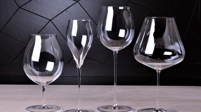 繊細なグラスがワインの魅力を開きます。