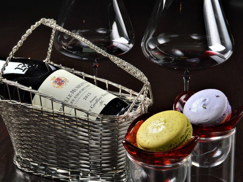 ワインとともに、パティシエがつくるガトーやマカロンなどのスイーツもお楽しみください。