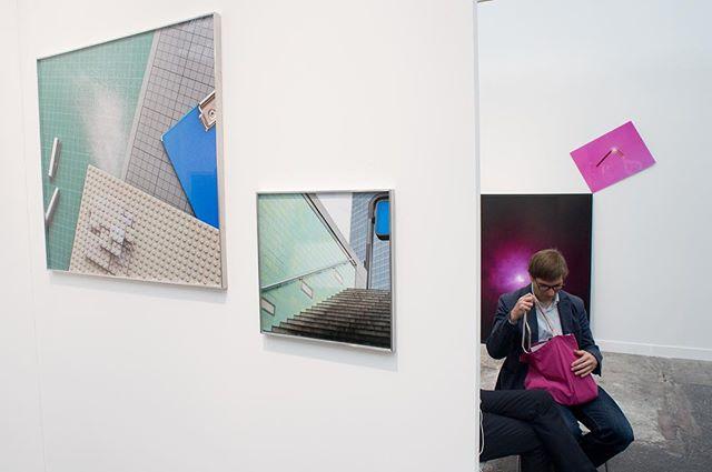 Kijken met een grote K #8 Paris 2014. Ik loop op Paris Photo in het Grand Palais, verwonder me over het kunstwerk links op deze foto, kijk in de ruimte achter de wand en in een split second zie ik de overeenkomst tussen beide. Fotografie is ook jagen en raak schieten...in de tijd. #Kunst #Art #Photography #Fotografie #ParisPhoto #colors #design #pink #blue #green