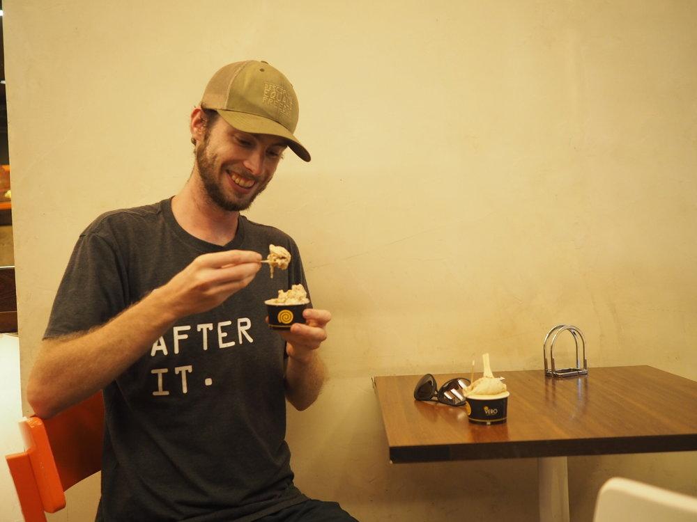 JP eating gelado.