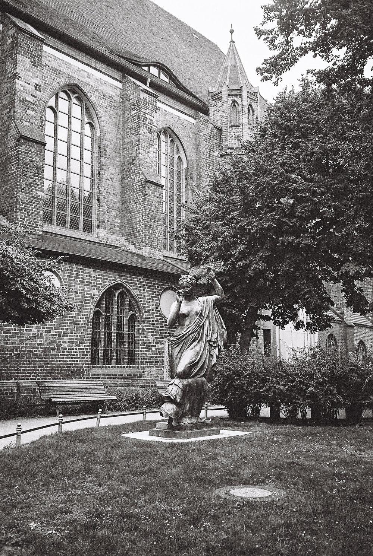 statue by nikolaikirche