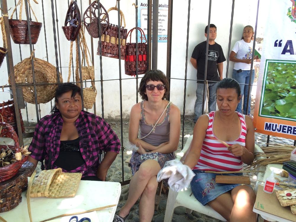 ´Mijal pasando una tarde de domingo con las artesanas. La Antigua, Abril 2015