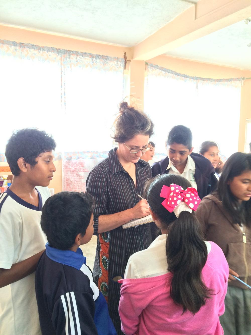 Katja firmando las libretas de los niños de la secundaria con bonitos mensajes. La Antigua, Octubre 2014