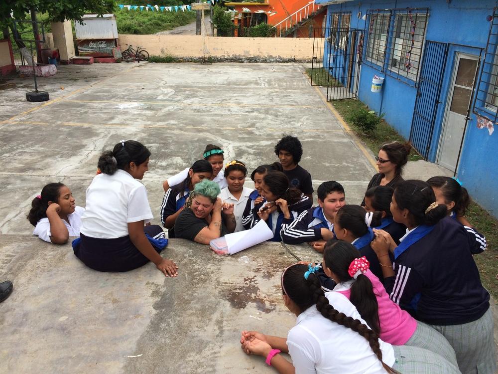 Ali, Katja y Jesús conviviendo con los niños de la secundaria. La Antigua, Octubre 2014