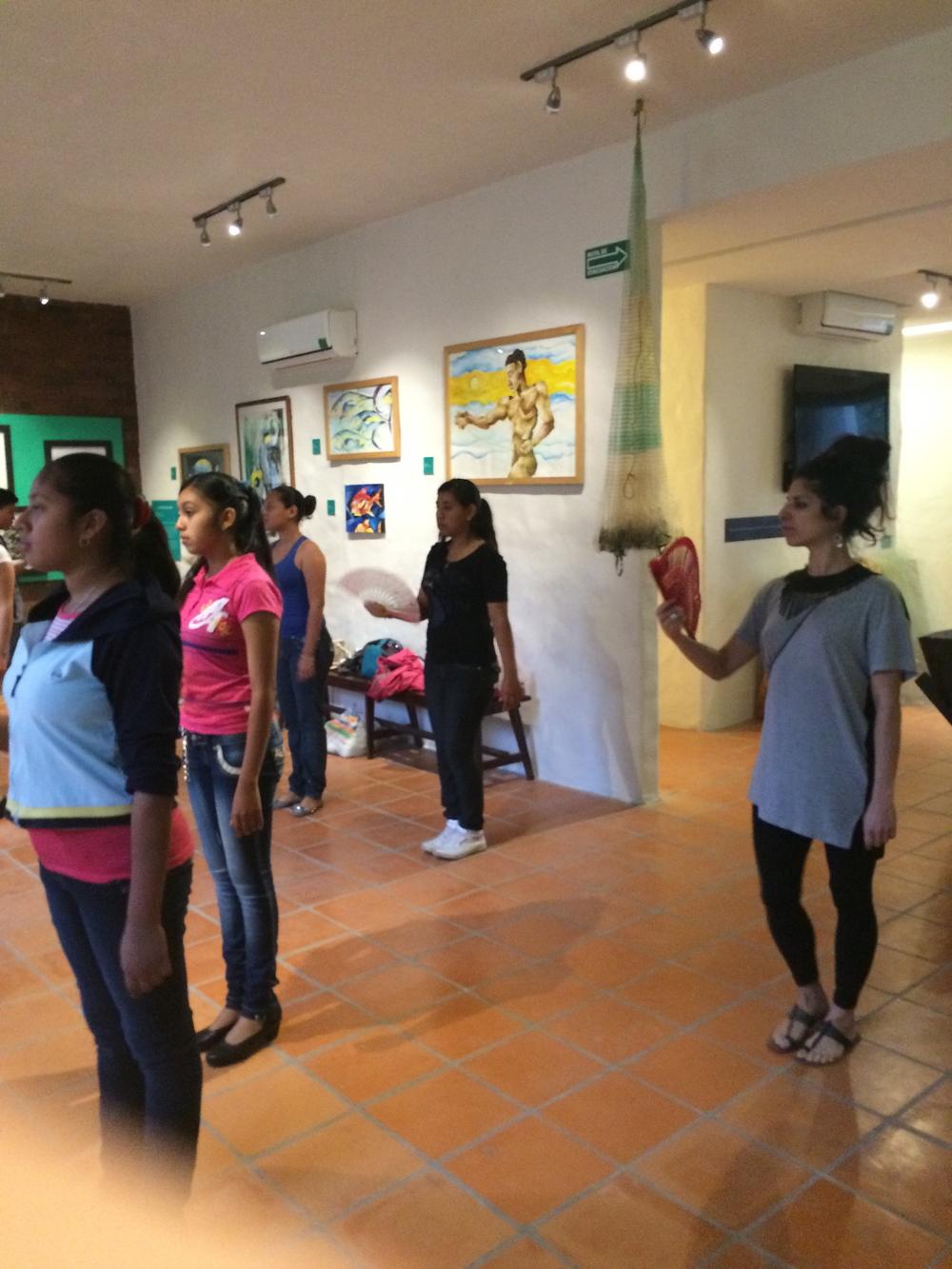 Katiushka tomando clases de Danzón con los jóvenes del ballet. La Antigua, Marzo 2015.