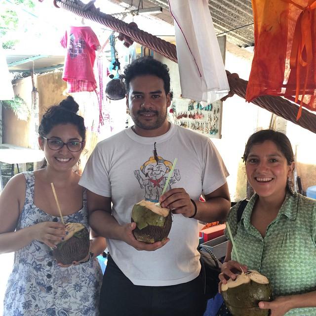 Itzel, Luis y Darina tomando agua de coco en el puesto de Martha. La Posta, junio 2015