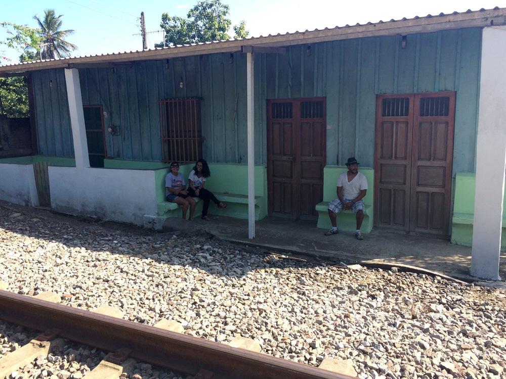 Darina, Itzel y Luis en la parada del tren. José Ingenieros, junio 2015.