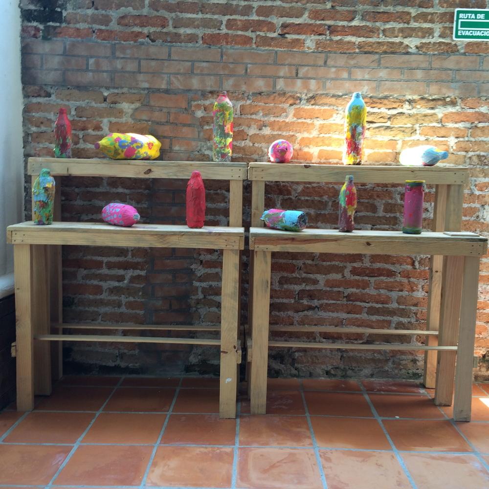 """Viridiana Ortiz: Trabajo con material reciclado, para formar alcancías dentro de su taller """"Dibujo y pintura"""" para niños."""