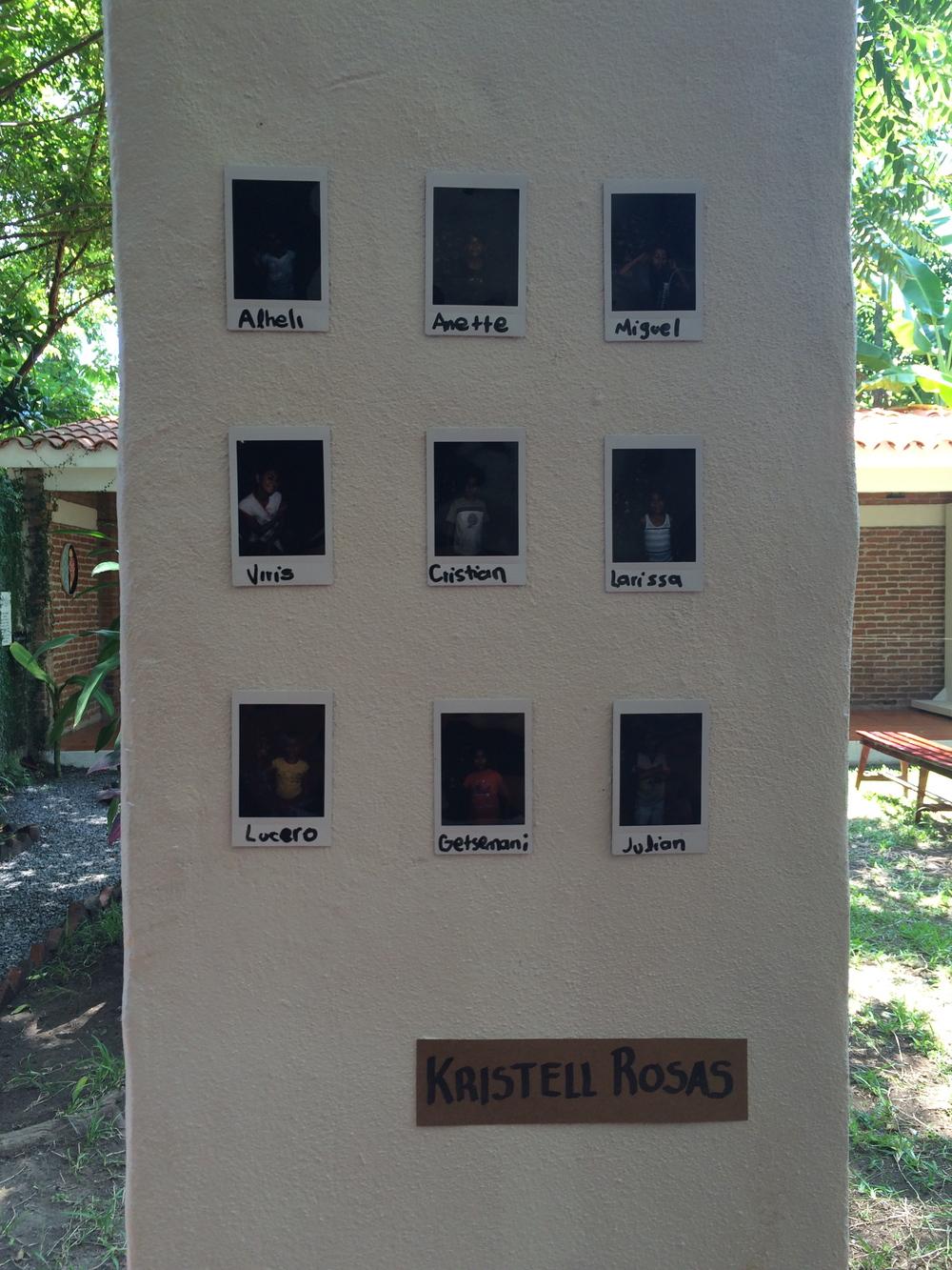 """Kristell Rosas: Enseña a los niños a usar una cámara, el resultado es esta pieza """"Jugando a ser fotógrafo""""."""
