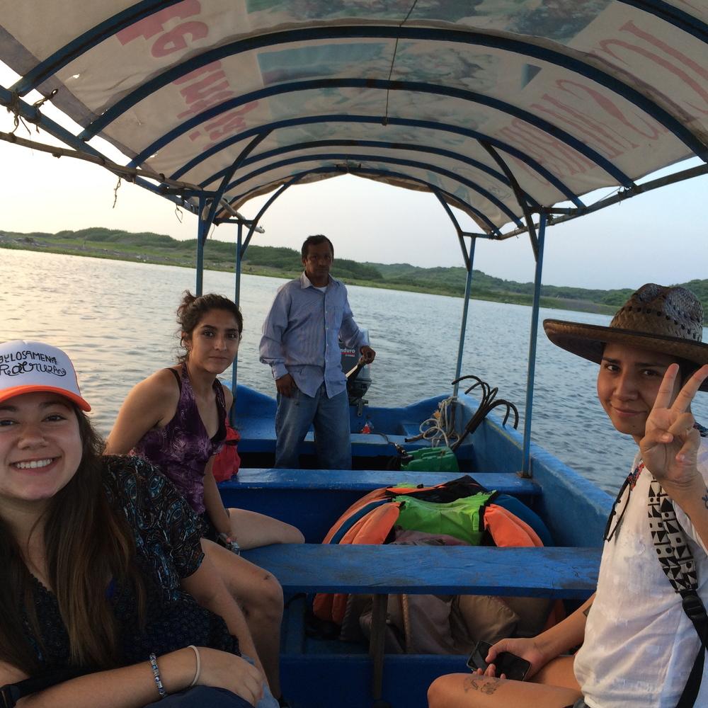 Claudia, Irán y Poly paseando con Ricardo por el Huitzilapan. La Antigua, agosto 2015