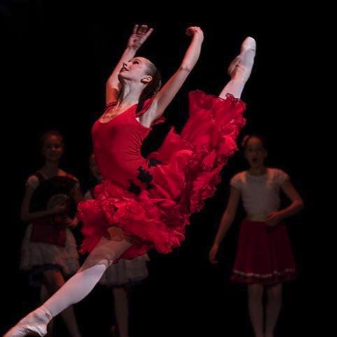 15 åriga Evelina Andersson som dansar Kitri i Don Quijote på Base 23:s vårshow 2017. Filmen visar genrepet på skolan. Foto: Base 23.