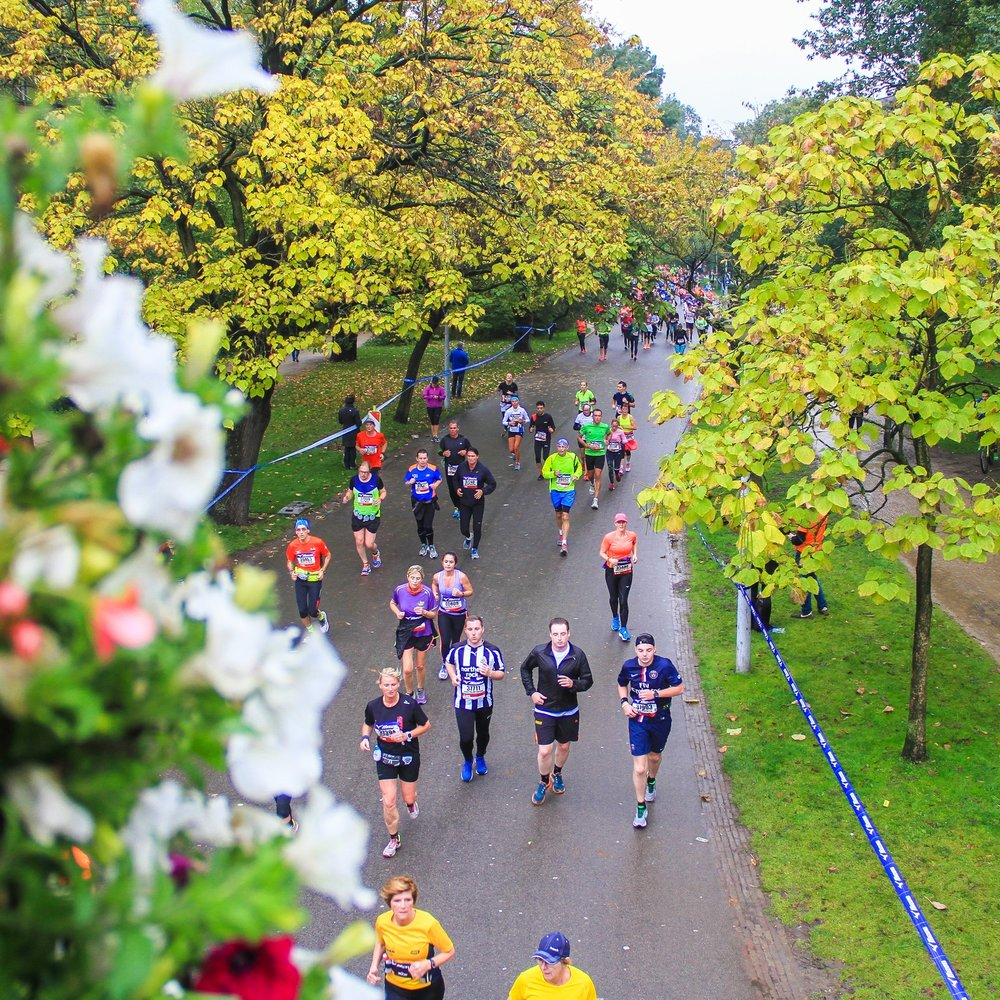 Os maratonistas correndo pelo Vondelpark.