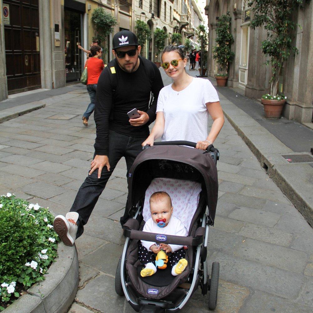 Eu, Léo e Olivia no quadrilátero da moda em Milão.
