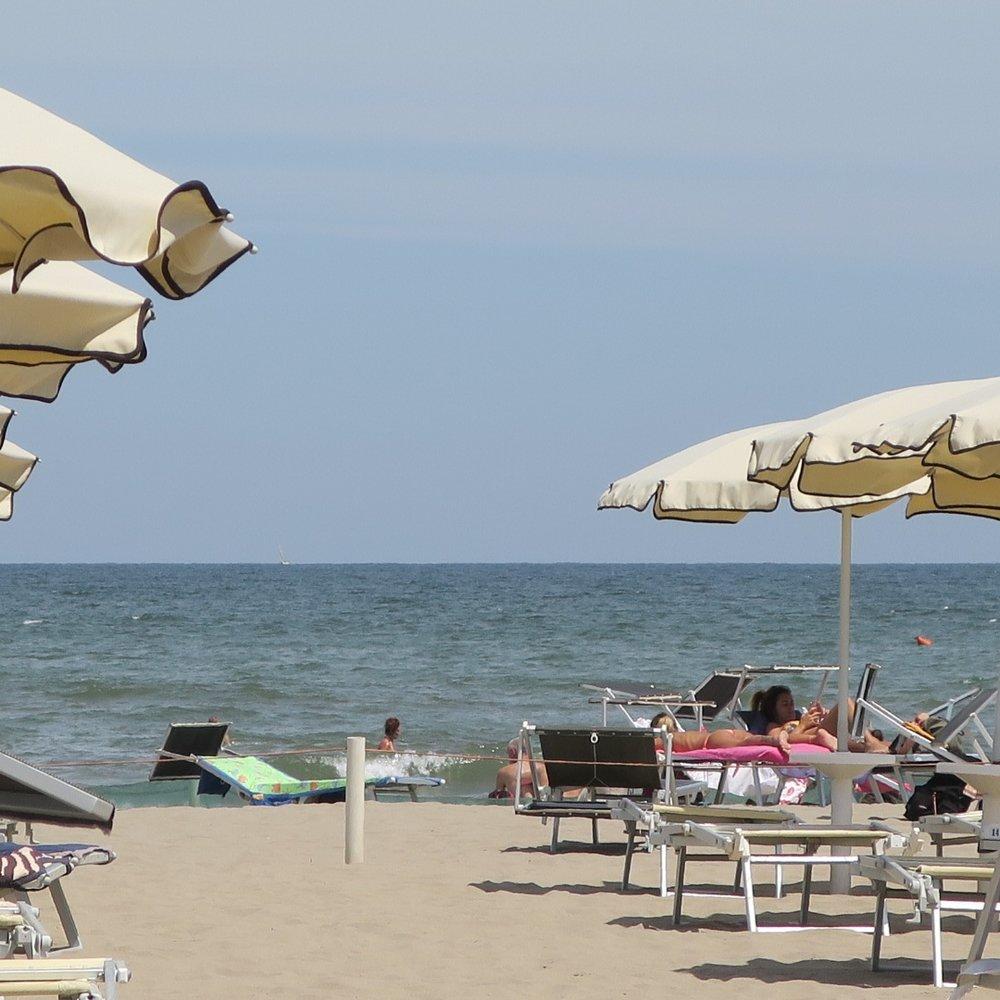 A praia privada na cidade de Sottomarina. Uma sombrinha e duas cadeiras são 24 euros por dia.
