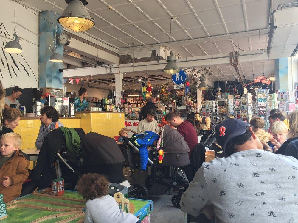O balcão amarelo onde preparam os pedidos e ao fundo, a loja de brinquedos.
