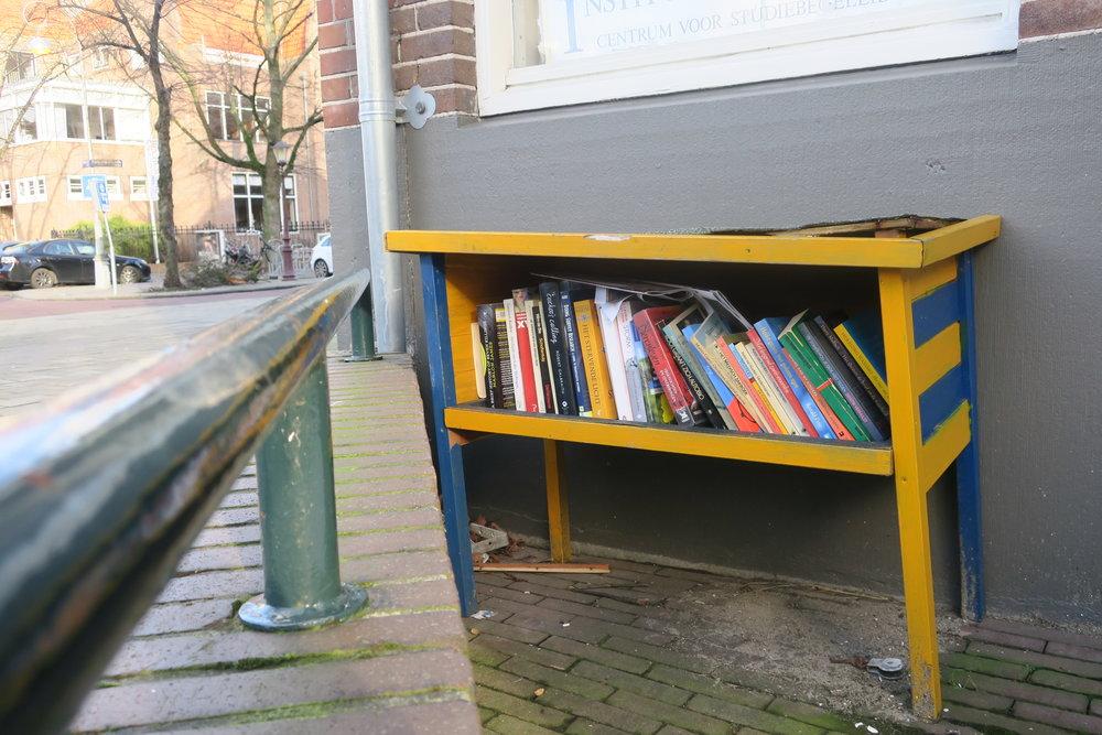Uma caixa bem elaborada com livros. Mas já vi de papelão também!