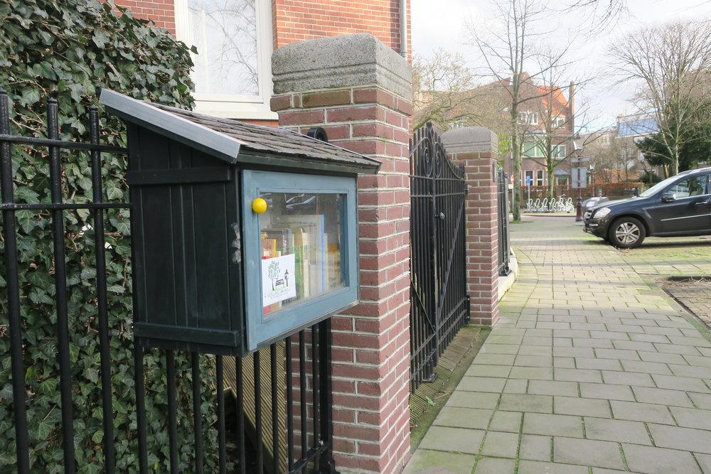 A biblioteca fixada no portão da casa.