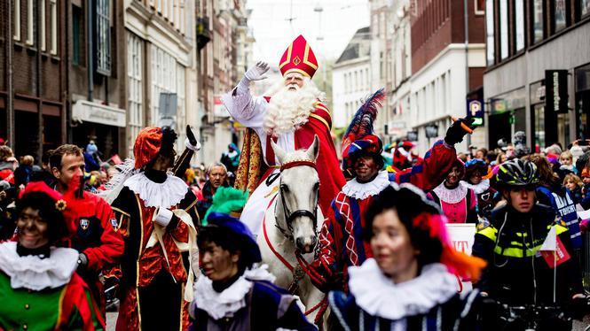 Esse é o Sinterklaas chegando em Amsterdam esse ano. (fonte imagem: hetparool.nl)