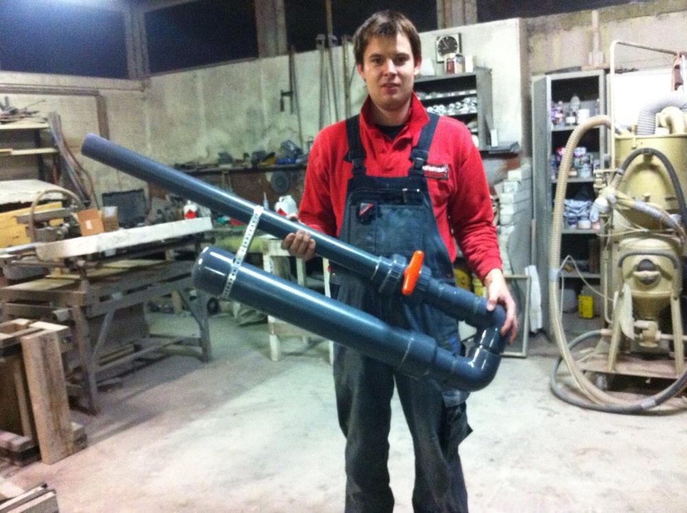 Een van de personeelsleden van Voys kwam op het idee om zelf een CO2 kanon te bouwen. Kijk, daar houden we van! Een serieuzeSupersoaker die op de compressor werd aangesloten. Deze bleek zo krachtig, dat de clouds juist weer te diffuus werden.