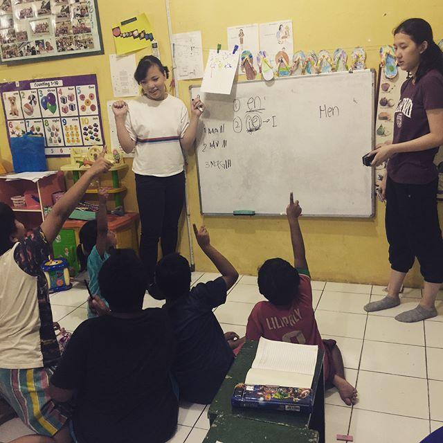 Celebrating Kartini Day with a session to improve the childrens' English Language capabillties. To educate, to empower, for a brighter future ✨ •• Unruk merayakan Hari Kartini, hari ini kami belajar bahasa Inggris. 🇬🇧