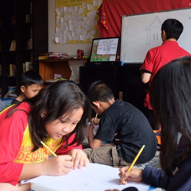 Dalam rangka Hari Anak Nasional, Streetizens memulai  sesi pelajaran menggambar dengan Sekolah Melukis Hadiprana  Sesi gambar ini diadakan untuk menggali potensi menggambar / melukis dari komunitas anak- anak Streetizens.  Saat sesi pertama, anak-anak seperti Gabriella sangat bersemangat mengekspresikan ide dalam gambar dia.