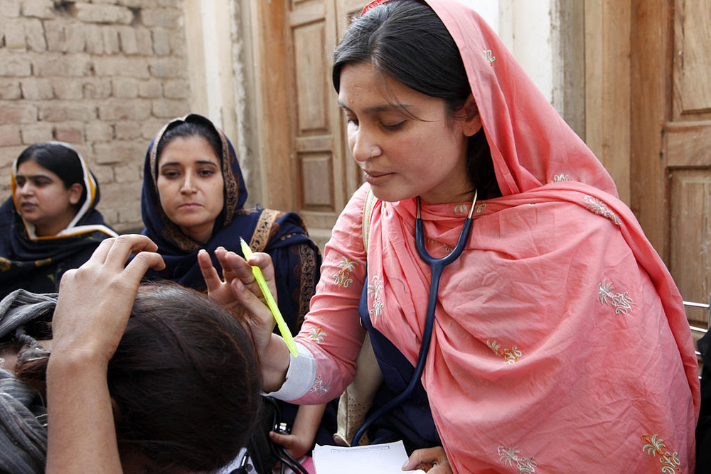 1024px-Flickr_-_DFID_-_A_female_doctor_with_the_International_Medical_Corps_examines_a_woman_patient_at_a_mobile_health_clinic_in_Pakistan.jpg
