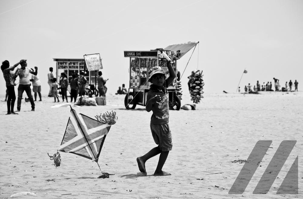 jochie met vlieger op strand.jpg