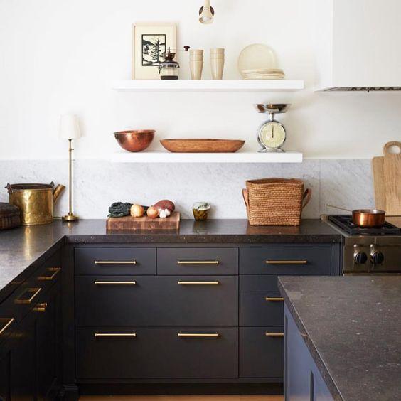 1. Foncé - Que ce soit les armoires ou les comptoirs, le foncé est LA tendance cuisine 2019