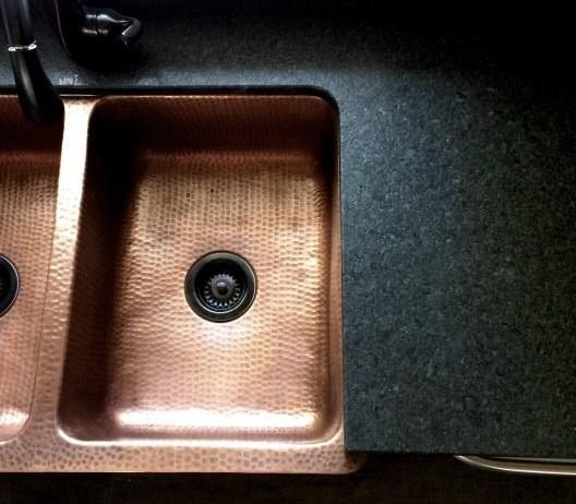 5. Cuivré & doré - Les poignées, luminaires, éviers, robinets, etc… ces métaux précieux sont partout