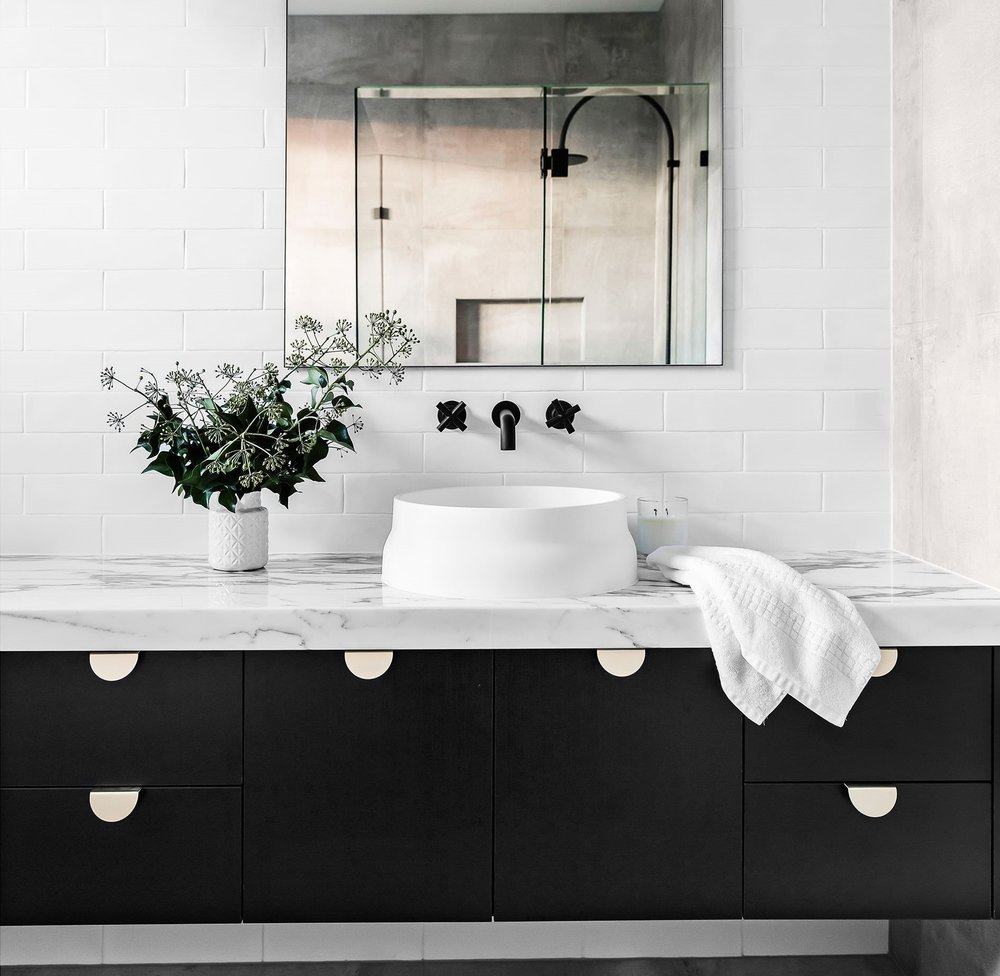 Emily-Henderson_Design-Trends_2018_Bathroom_Black-Fixture_01.jpg