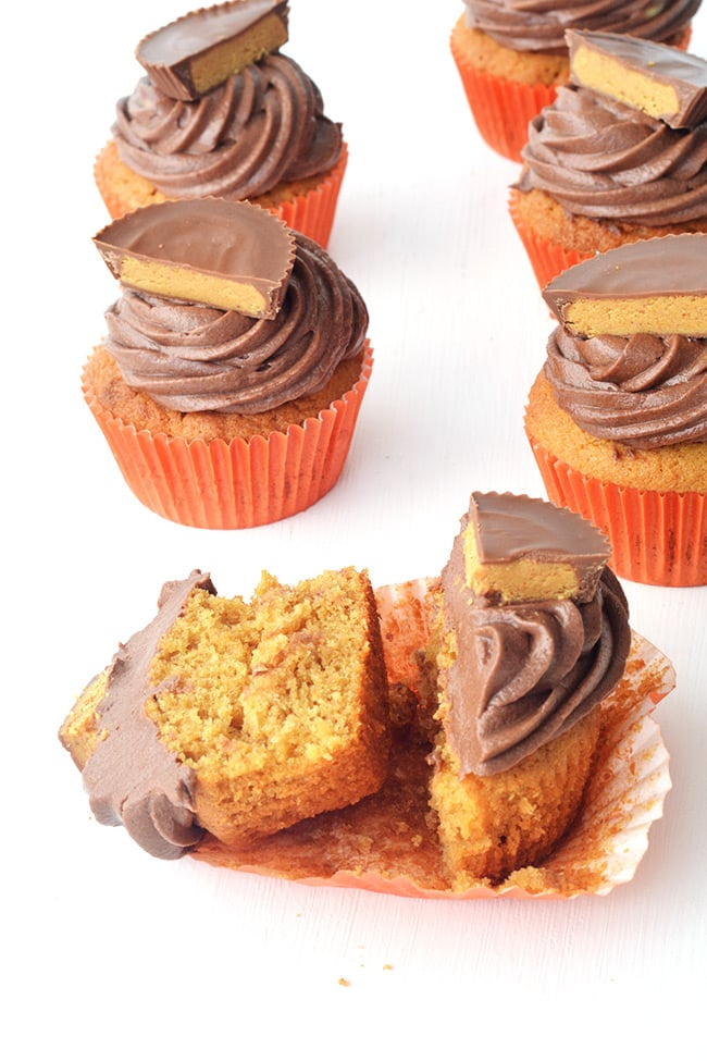 Delicious Peanut Butter Cup Cupcakes with an easy chocolate buttercream - perfect for peanut butter lovers | Sweetest Menu