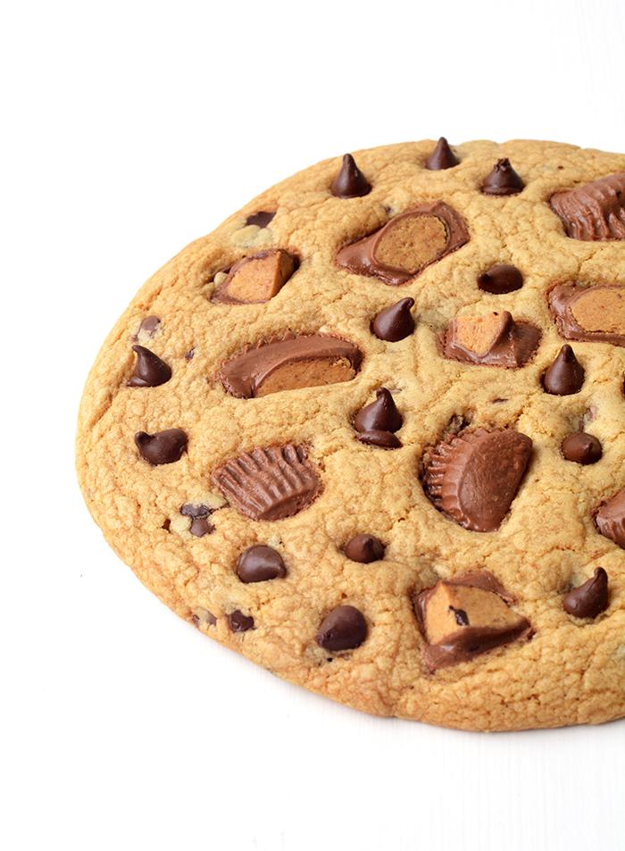 Learn how to make One Giant Peanut Butter Chocolate Chip Cookie | via www.sweetestmenu.com