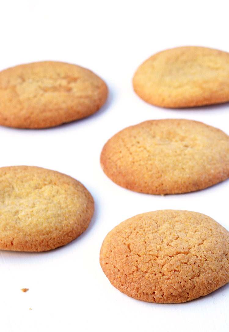 Perfect cornmeal cookies made with polenta | via sweetestmenu.com