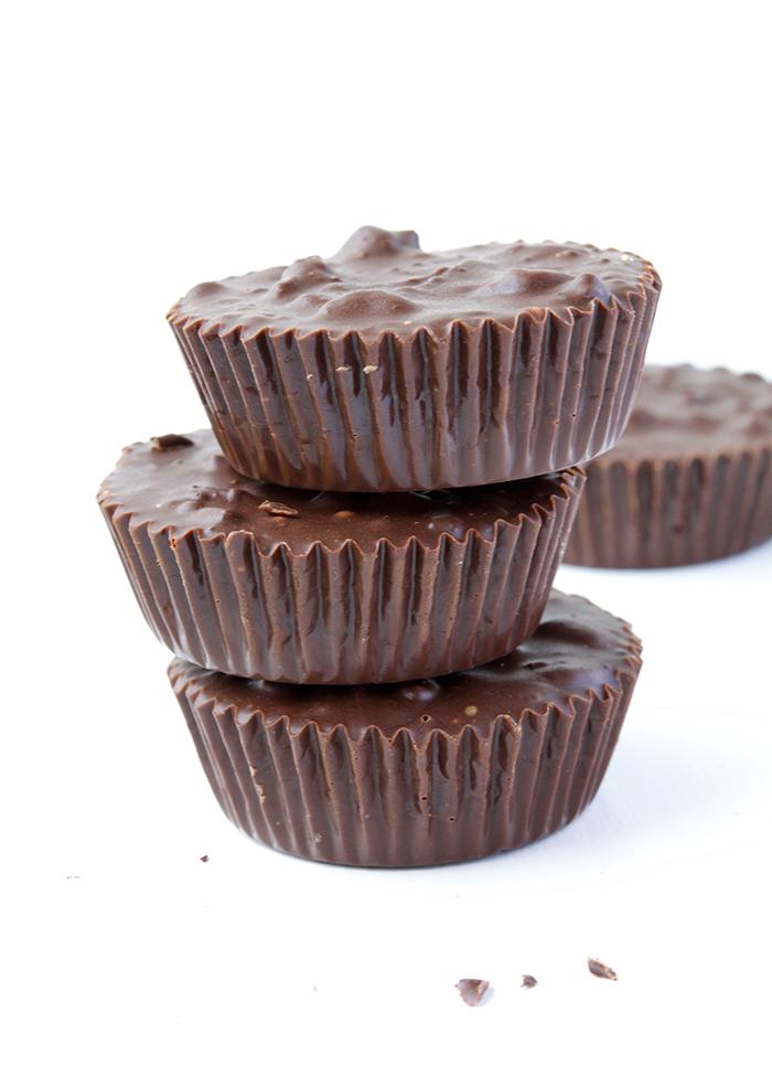 Delicious 2-ingredient Oreo Chocolate Cups | recipe via sweetestmenu.com